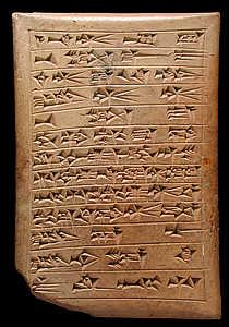 Documento mesopotâmico produzido através da técnica da escrita cuneiforme em uma chapa de argila.