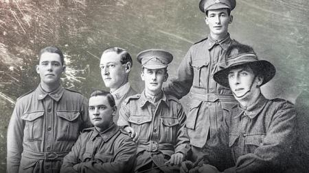 A partir da esquerda: Os irmão Errol, o condecorado Clarence, Aubrey, Herbert, Frederick e Alfred (fotomontagem)