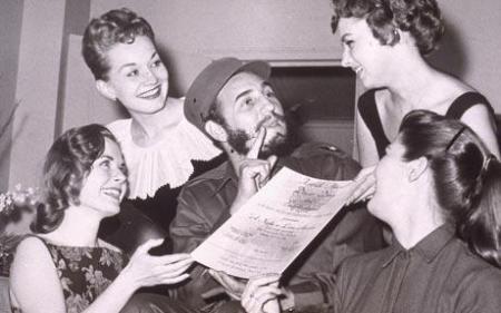 Fidel Castro rodeado por admiradoras em uma viagem à Nova York (1959)
