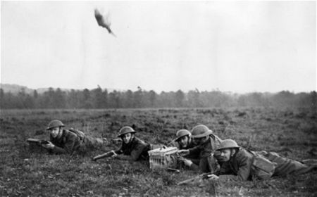 Forças aliadas acionando um pombo correio