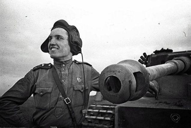 Comandante de tanque russo após êxito em combate ao lado de um tanque alemão Tigre I vencido em combate