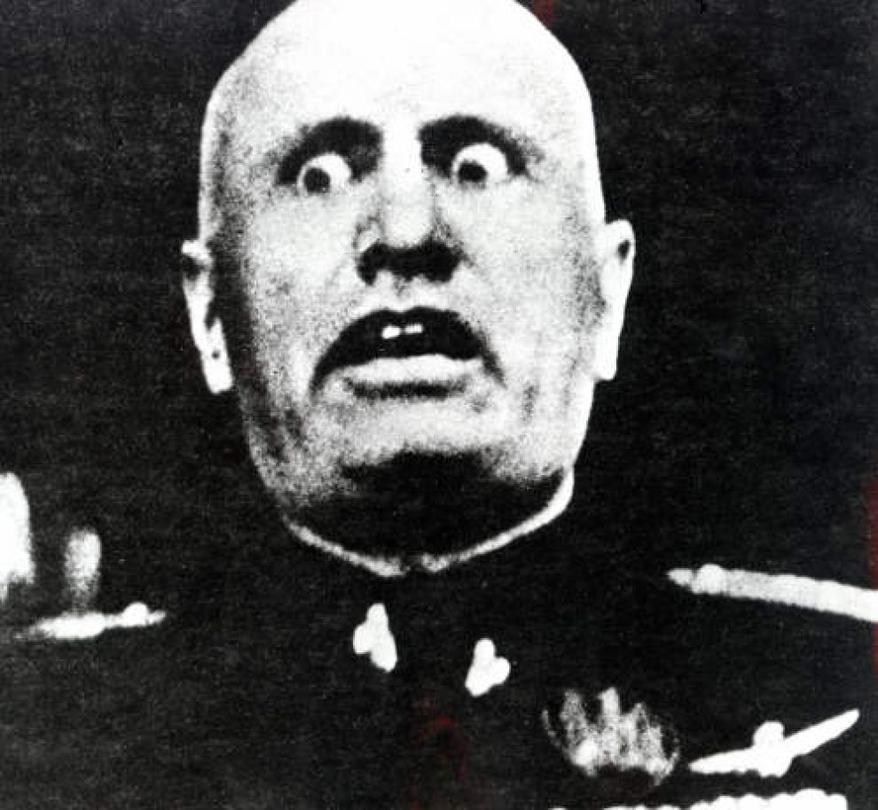Benito Mussolini em uma de suas poses mais infelizes