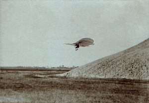 1024px-Otto_Lilienthal_gliding_experiment_ppmsca.02546